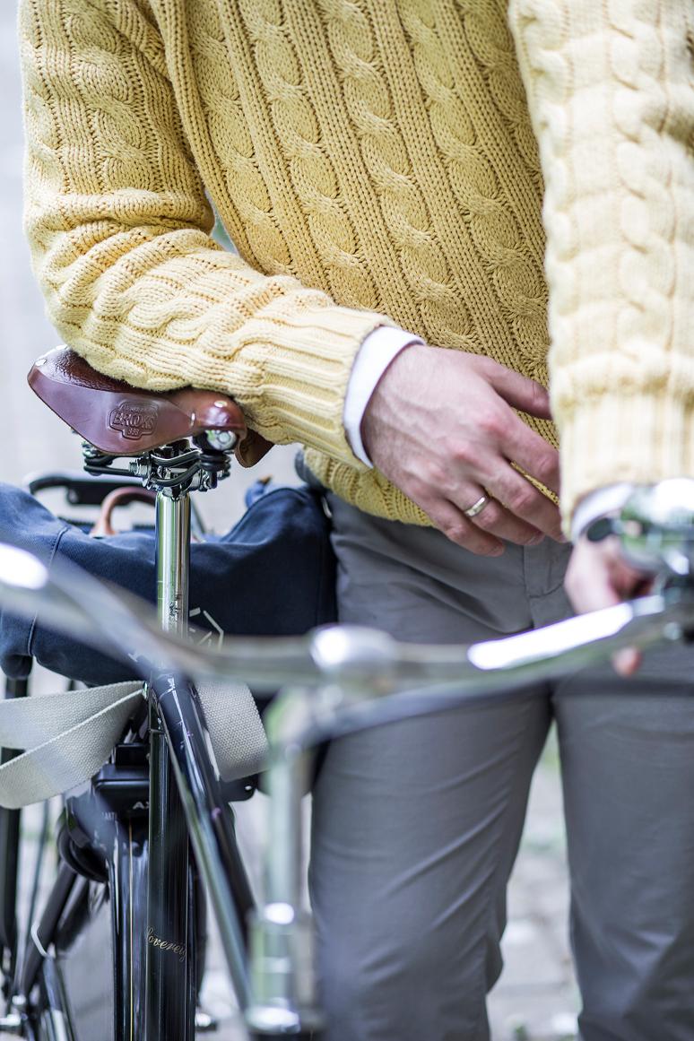Szaro żółty rowerzysta | Mr Vintage rzeczowo o modzie