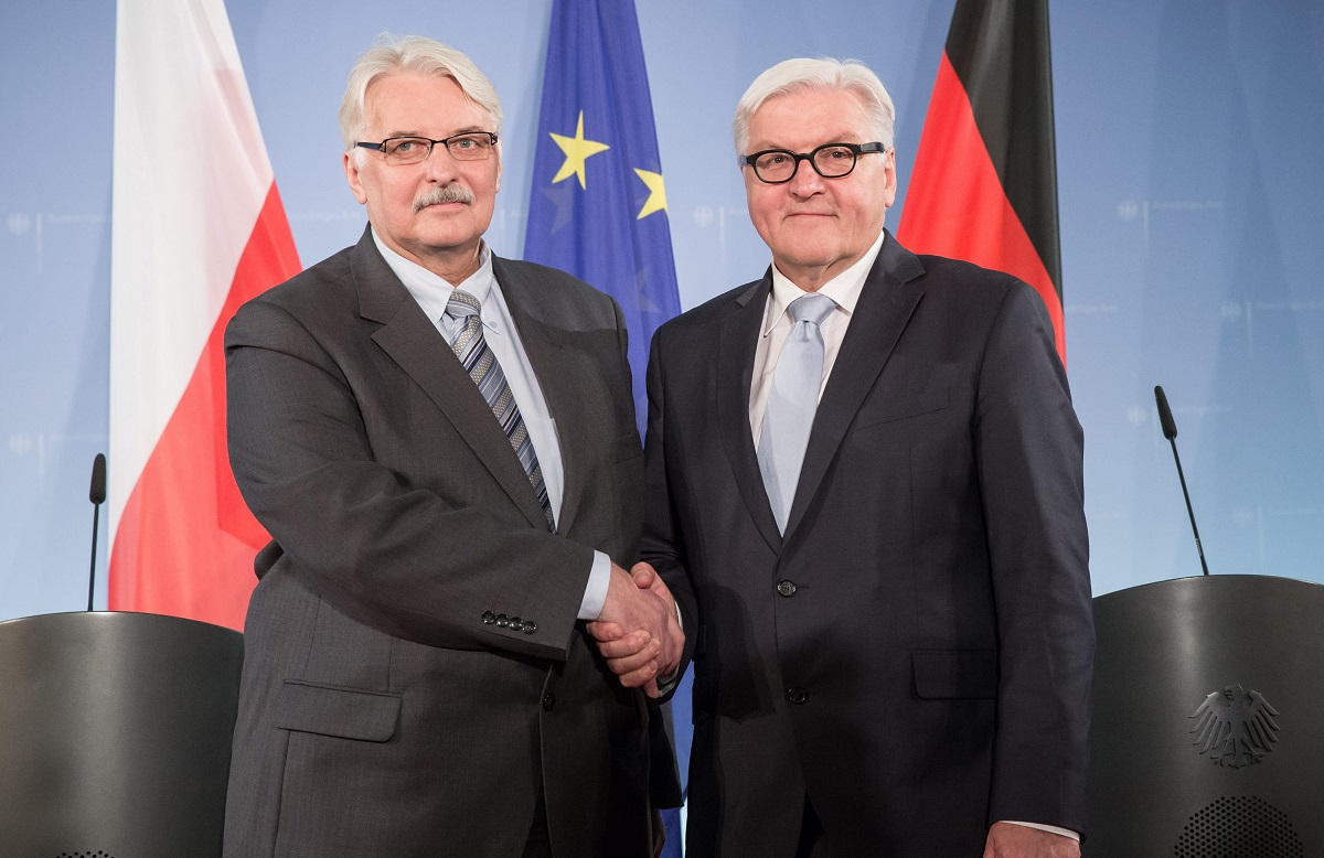 epa05043130 German Foreign Minister Frank-Walter Steinmeier (R) shakes hands with Polish Foreign Minister Witold Waszczykowski (L), at the foreign office in Berlin, Germany, 26 November 2015. Following the elections in Poland, Witold Waszczykowski is on his first official visit to Berlin for bilateral talks with Steinmeier. EPA/MICHAEL KAPPELER Dostawca: PAP/EPA.