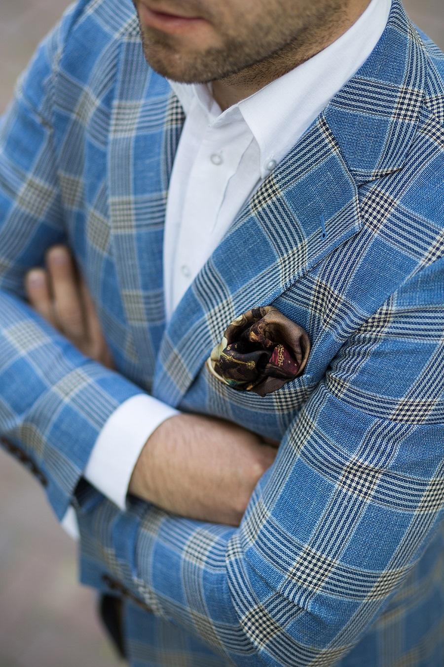 81c077552115 Absolutną klasyką mody męskiej jest biała poszetka z lnu lub bawełny. To  właśnie ją można zobaczyć najczęściej na historycznych zdjęciach z początku  ...